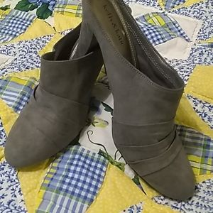 NWOT Kelly & Kate cute suede feel mule clogs
